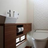 スタイリッシュで機能的なトイレ